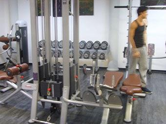 Espace musculation avec machines et poids libres