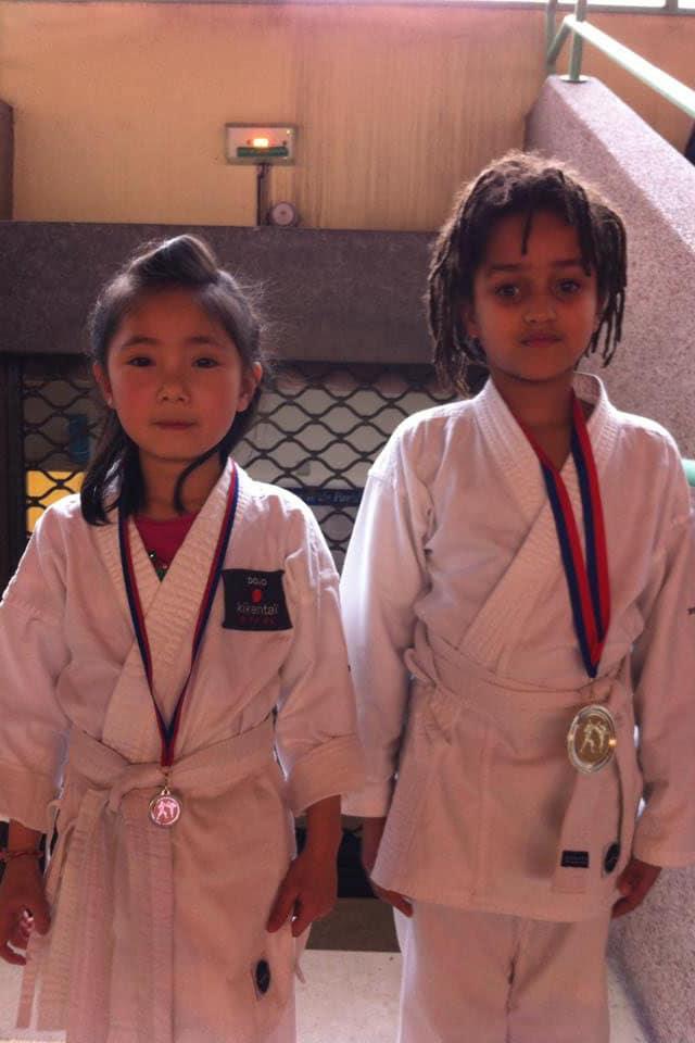 Enfants médaillés après une compétition