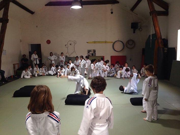 Chuter pendant un cours d'éveil judo